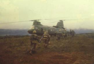 A CH-46 helicopter from the 1st Marine Aircraft Wing extracts a reconnaissance team after a mission.