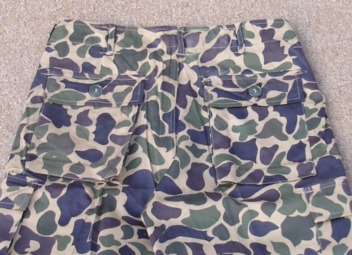 Leaf camouflage trousers with hip pockets with straight cut flaps.