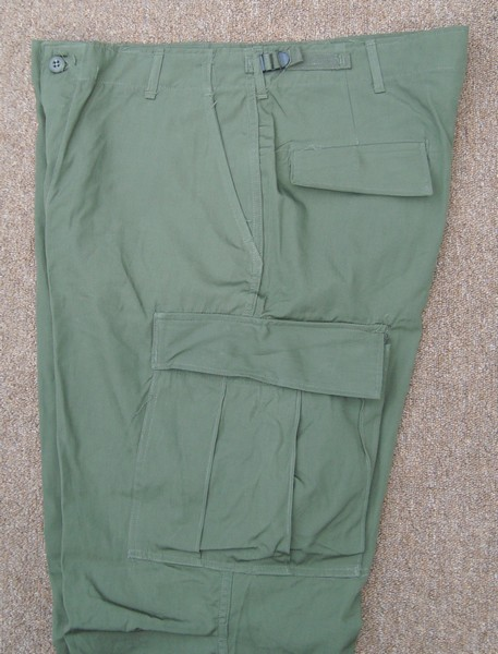 Like all versions of the Tropical Combat Trousers, the 3rd pattern featured two hanging pockets, two hip pockets and two thigh cargo pockets.